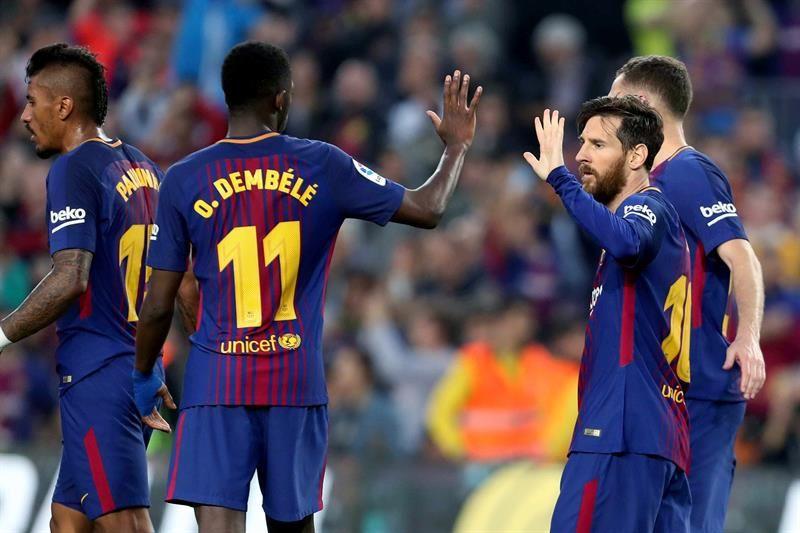 Lionel Messi (d) celebra el tercer gol de su equipo ante el Villarreal. Foto: EFE