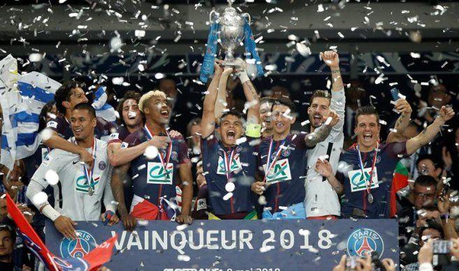 Celebran con el trofeo. Foto: EFE