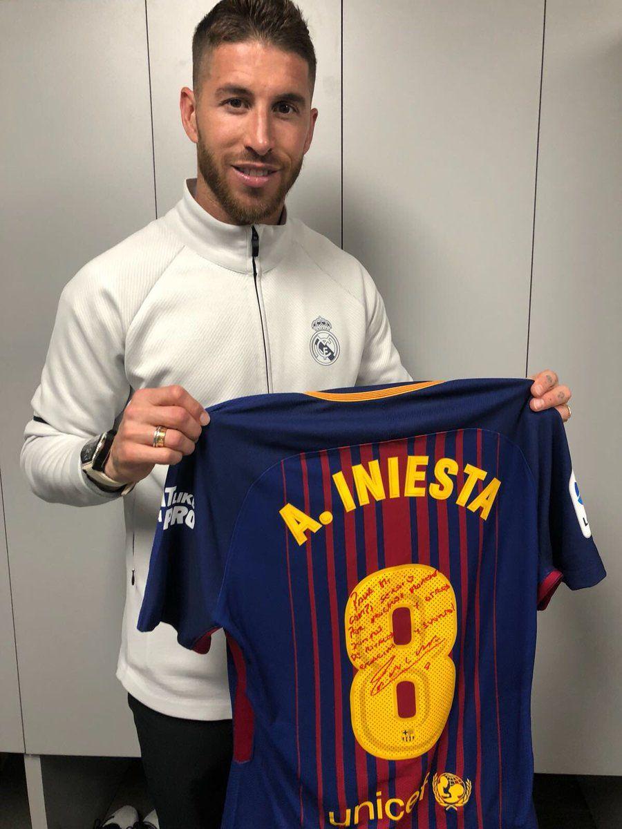 Ramos se quedó con la camiseta de Iniesta.