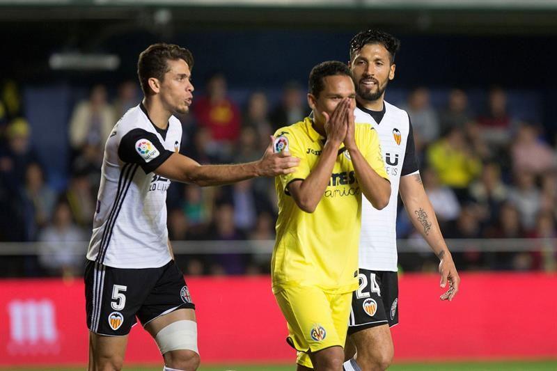 Carlos Arturo Bacca (c) se lamenta de una ocasión fallada ante los jugadores delValencia. Foto: EFE