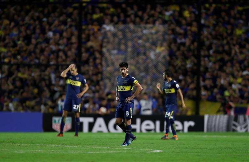 Pablo Pérez (frente) deBocaJuniors se lamenta luego de recibir el 2-0 ante Palmeiras. Foto: EFE