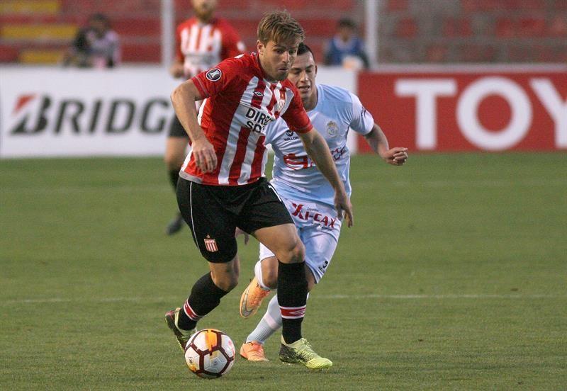 Facundo Sánchéz (i) del Estudiantes supera la marca de Iván Santillán (d) de RealGarcilaso. Foto: EFE