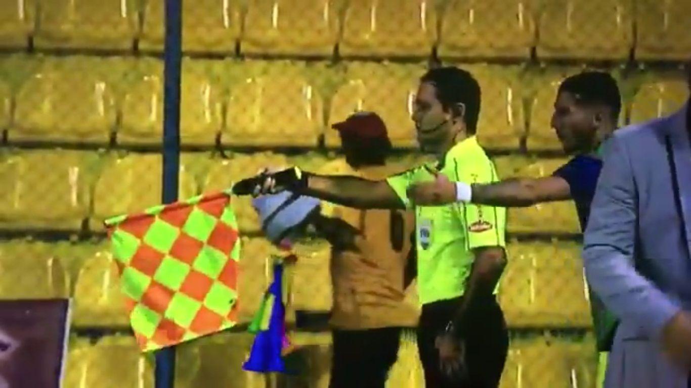 La espectacular reacción de un línea tras protesta de un jugador.