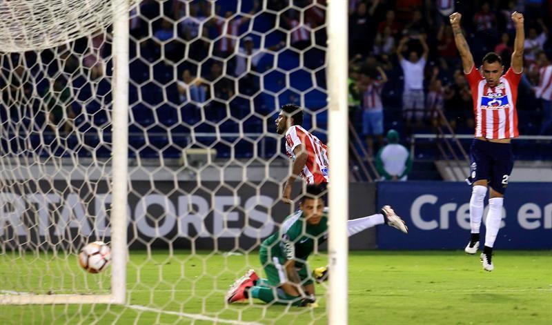 JuniorLuis Carlos Ruiz (c) celebra un gol ante Alianza Lima. Foto: EFE