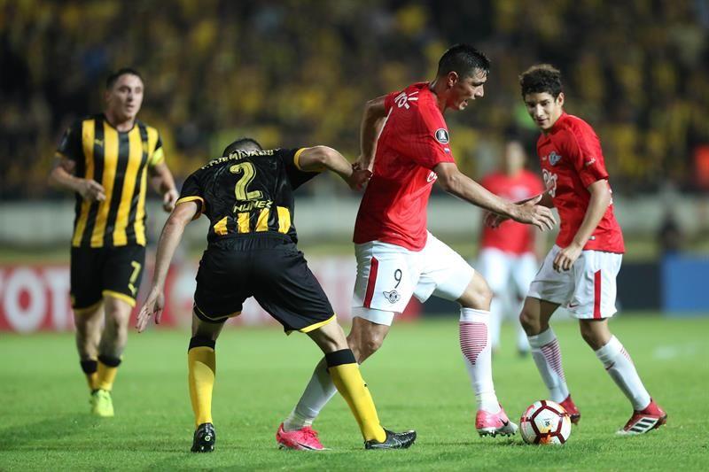 Formiliano (2-i) de Peñarol disputa un balón con Oscar Cardozo (2-d) deLibertad. Foto: EFE