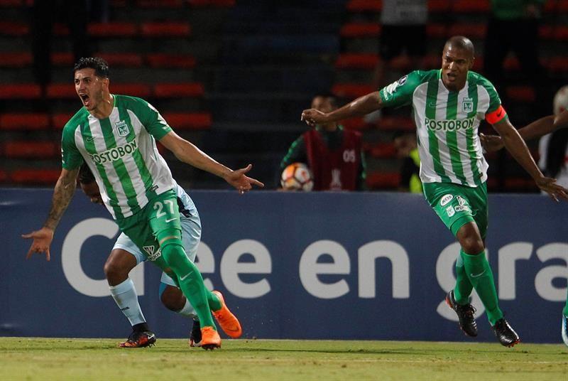Gonzalo Castellani (i) deAtléticoNacionalcelebra un gol ante Bolívar. Foto: EFE