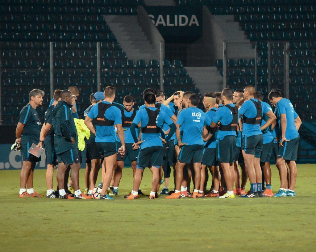 Charla grupal del cuerpo técnico azulgrana. Foto: Gentileza Club Cerro Porteño