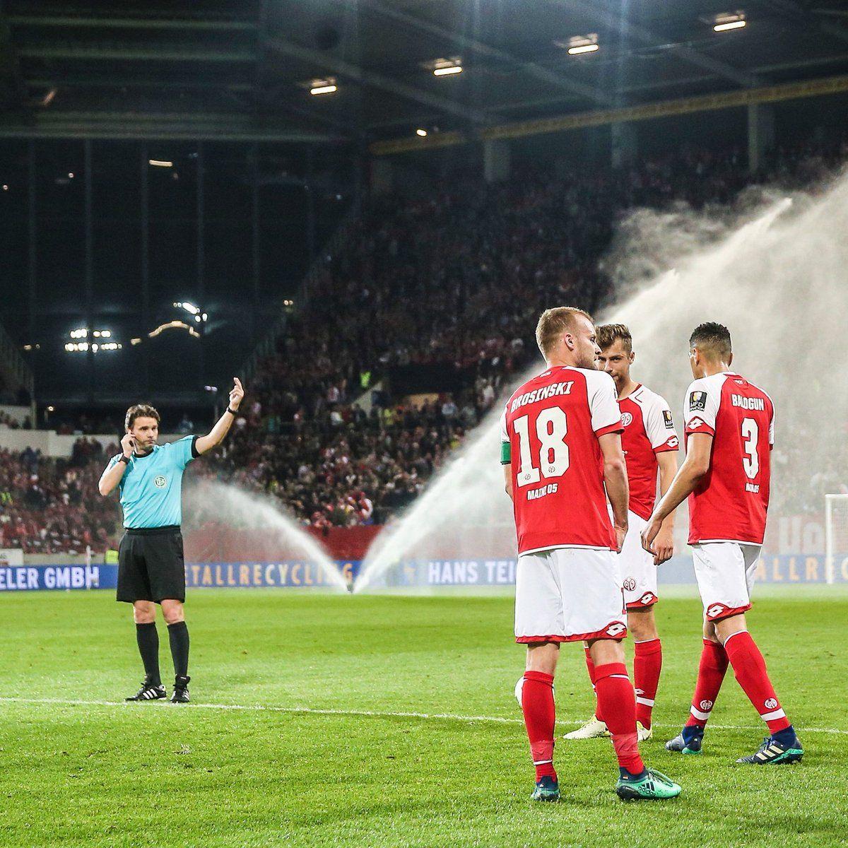 El árbitro llamó a los futbolistas desde los vestidores. Foto: Goal.com