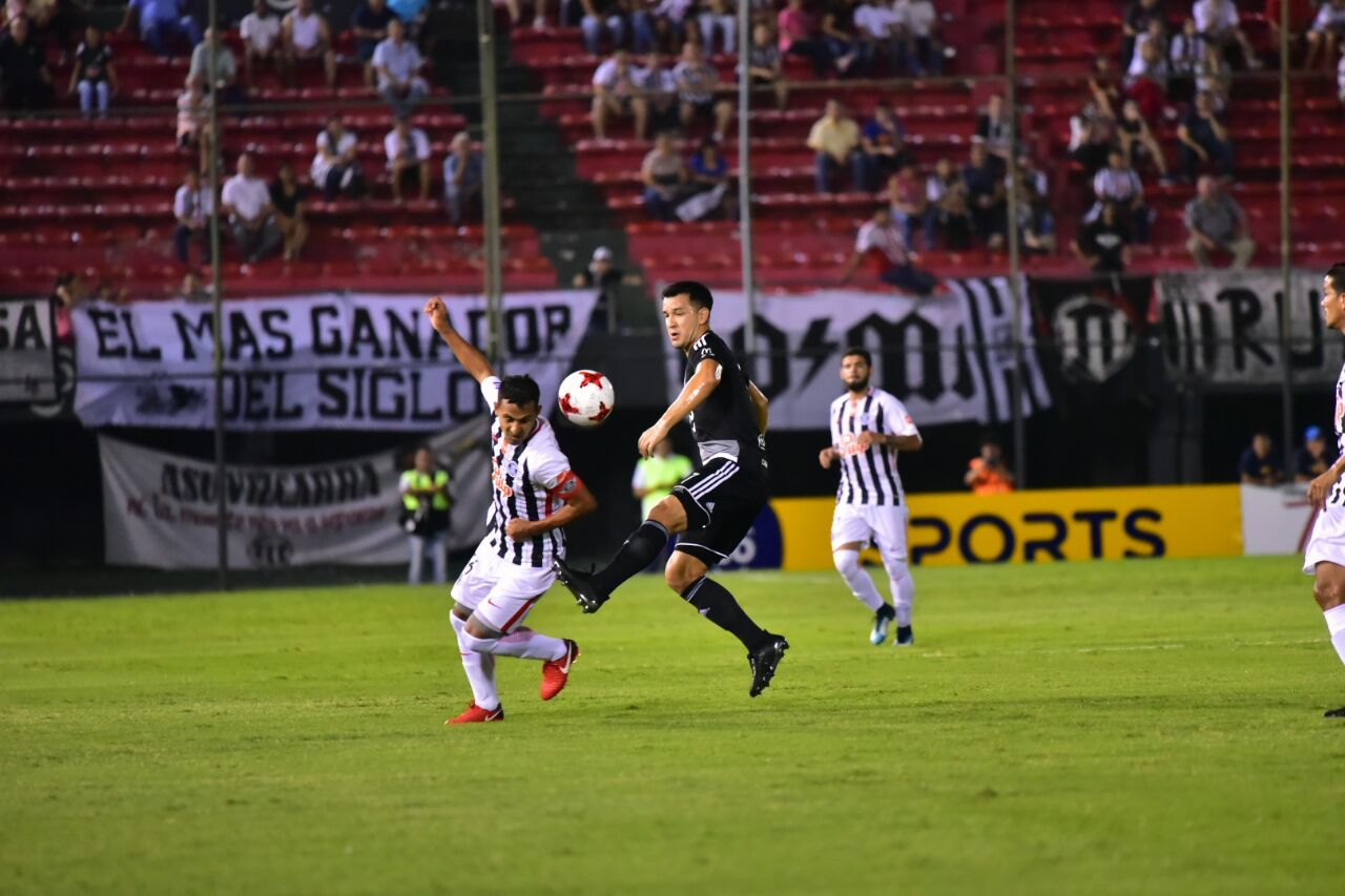 Sergio Aquino y Néstor Camacho pelean por la posesión de la pelota. Foto: Fernando Calistro
