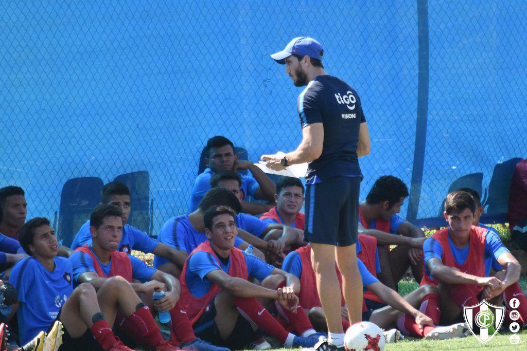 Zubeldía conversa con los juveniles que entrenaron con la Primera. Foto: Prensa Cerro Porteño