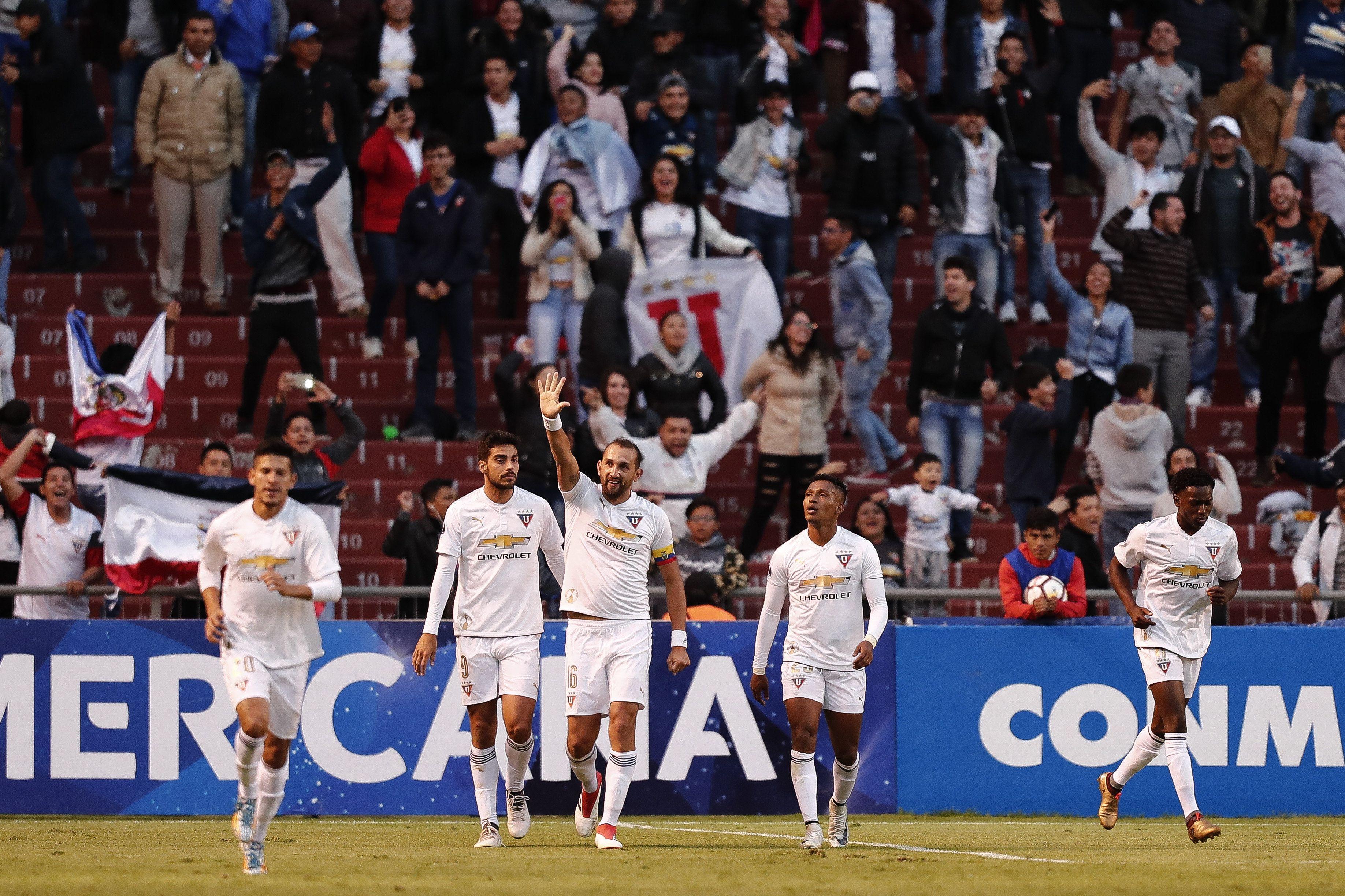 Hernán Barcos (c) del Liga de Quito celebra un gol ante el Guabirá. Foto: EFE
