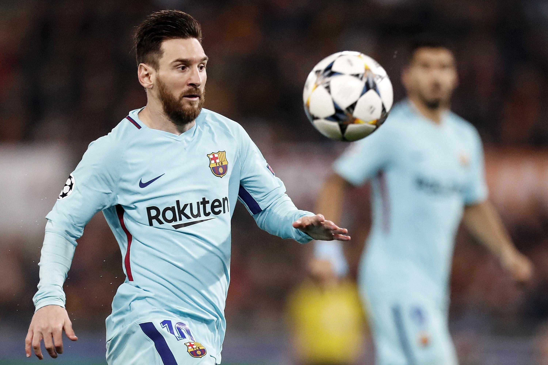 Messi intenta avanzar con el balón