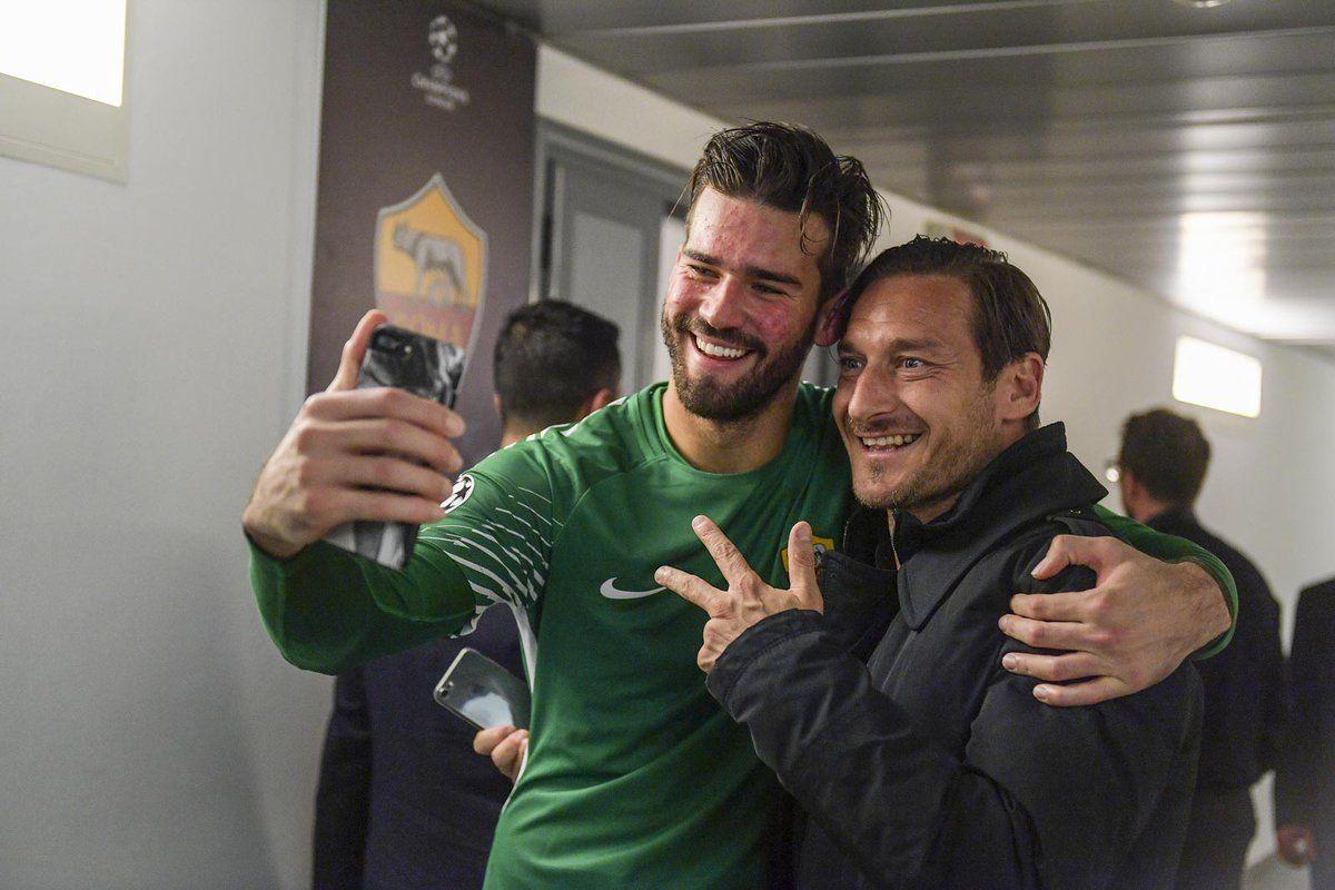 Totti posa junto al brasileño Alisson Becker. Foto: @OfficialASRoma