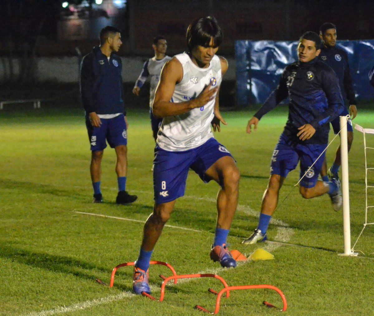 Aldo Vera durante un entrenamiento del equipo de los dragones azules. Foto:@SoldeAmericapy