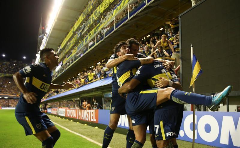 Jugadores deBocaJuniors celebran un gol de Cristian Pavón (d). Foto: EFE