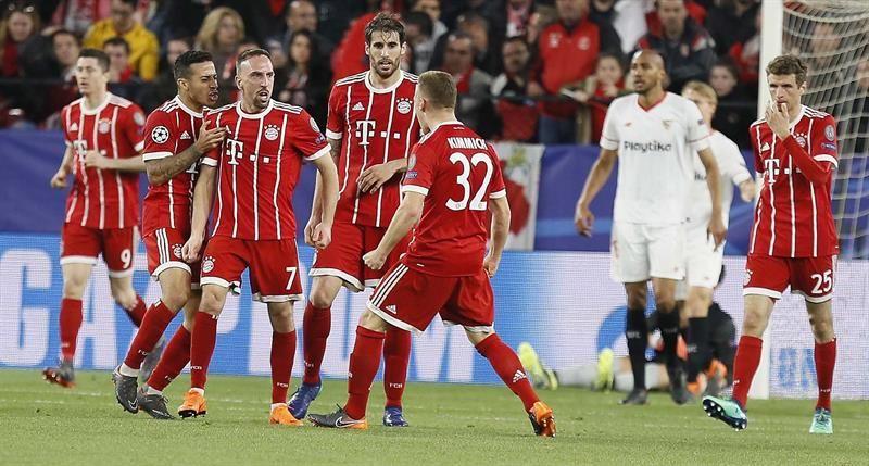 El delantero francés delBayernMúnich Franck Ribéry (3i) celebra con sus compañeros su gol. Foto: EFE