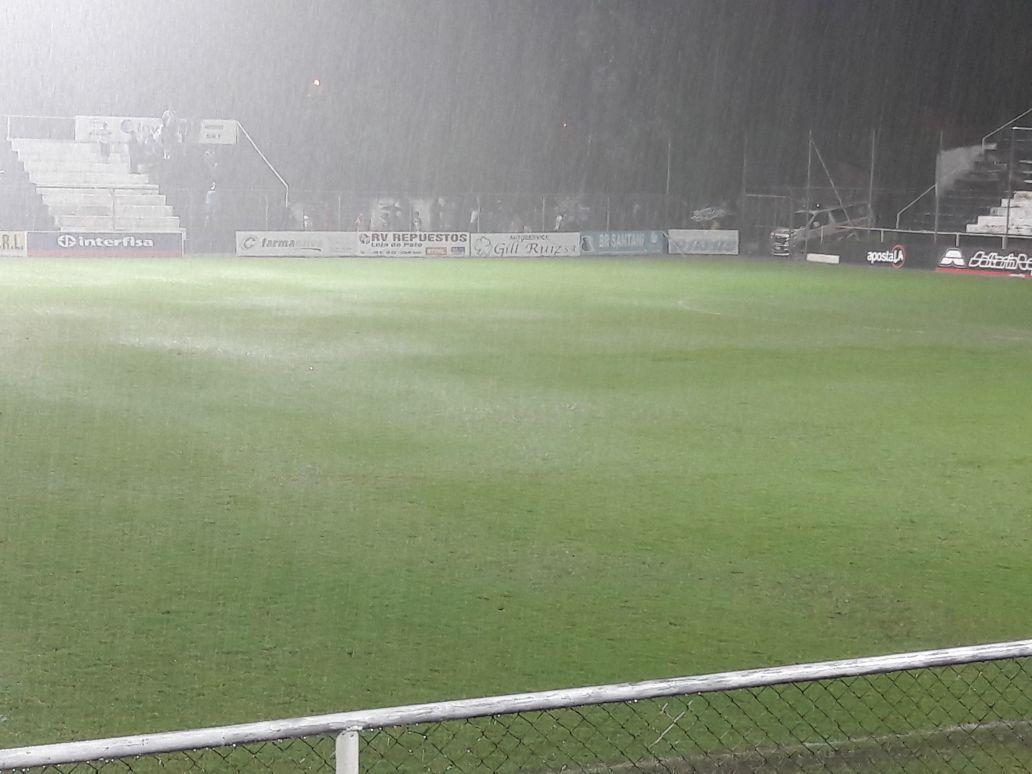El campo de juego quedó inundado. Foto: Prensa APF