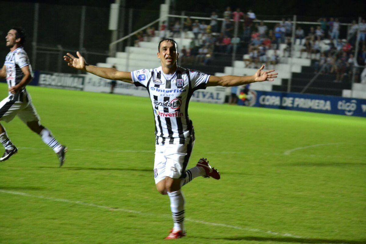 Gustavo Cristaldo festeja su gol ante Guaraní. Foto: Prensa Deportivo Santaní