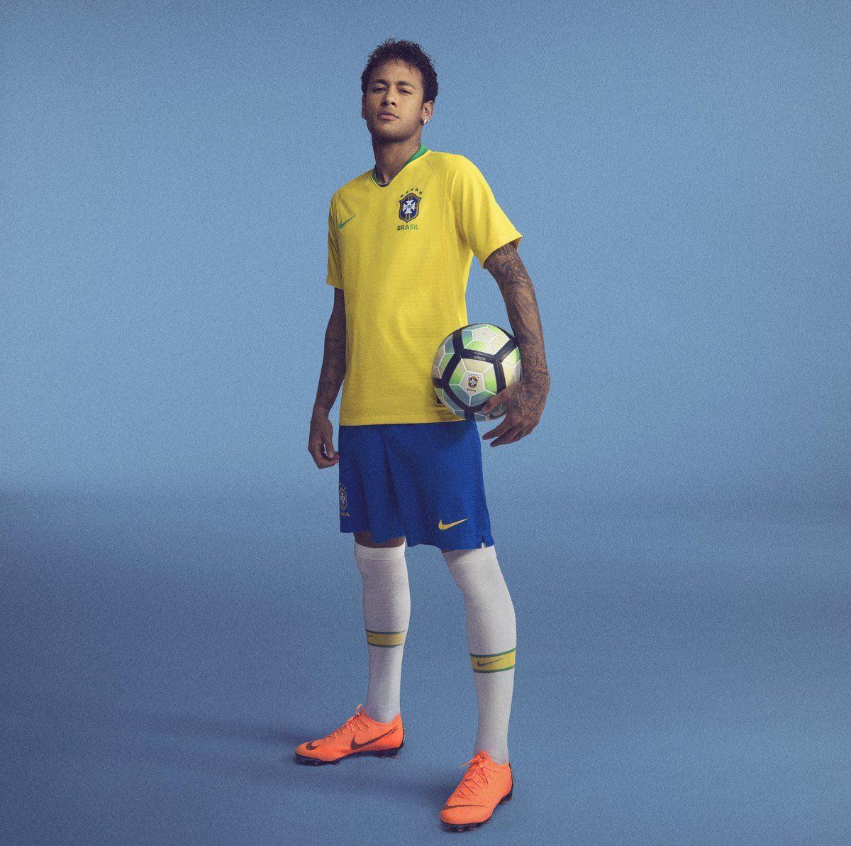 Neymar posa con la nueva casaca de Brasil.