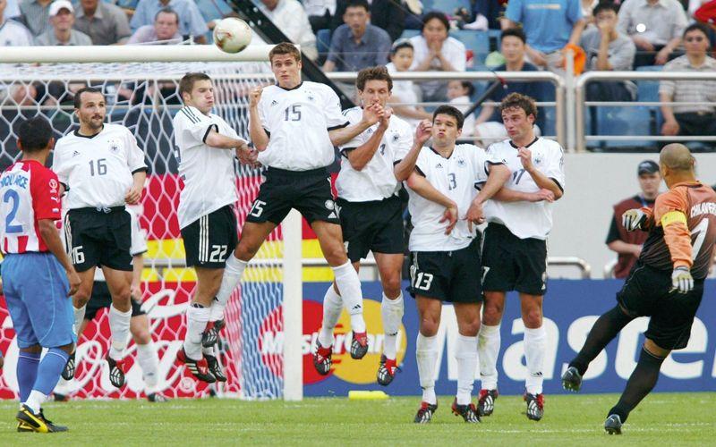 Chilavert patea un tiro libre ante Alemania. Ballack (13) forma parte de la barrera. Foto: Archivo