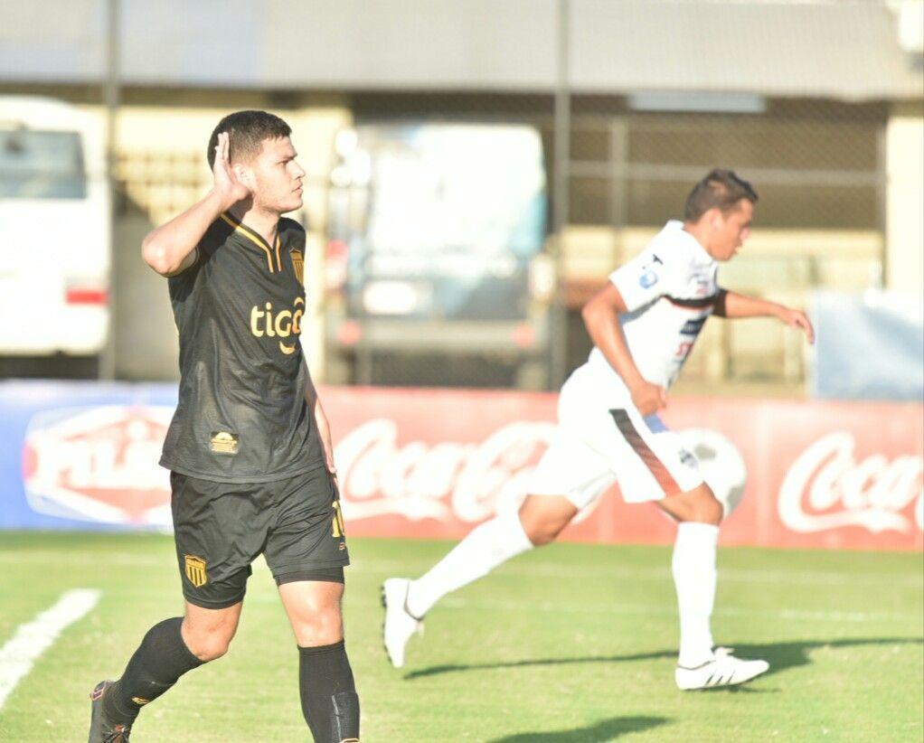 Rodrigo Bogarín marcó el primero legendario. Foto: Dardo Ramírez - Última Hora