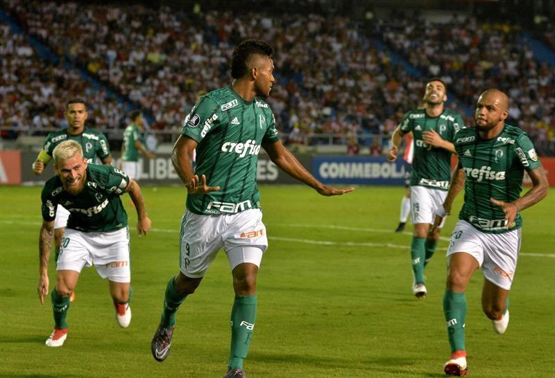 Miguel Borja (c) de Palmeiras celebra un gol con sus compañeros. Foto: EFE