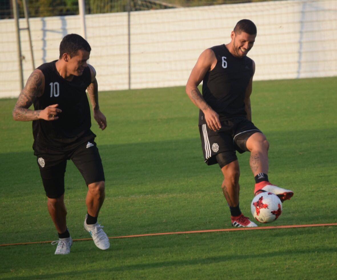 Richard Ortiz (derecha) jugará como central ante Santaní. Foto: Prensa Club Olimpia