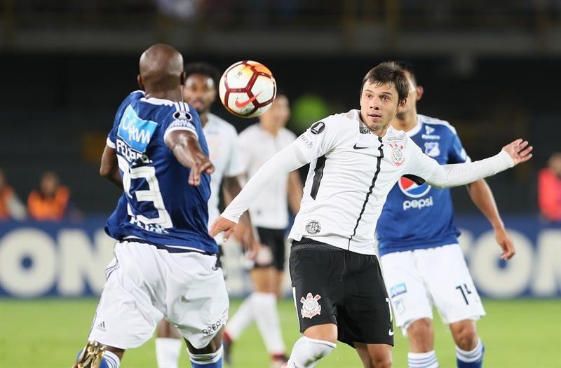 Ángel Romero disputa el balón durante el juego ante Millonarios. Foto: EFE