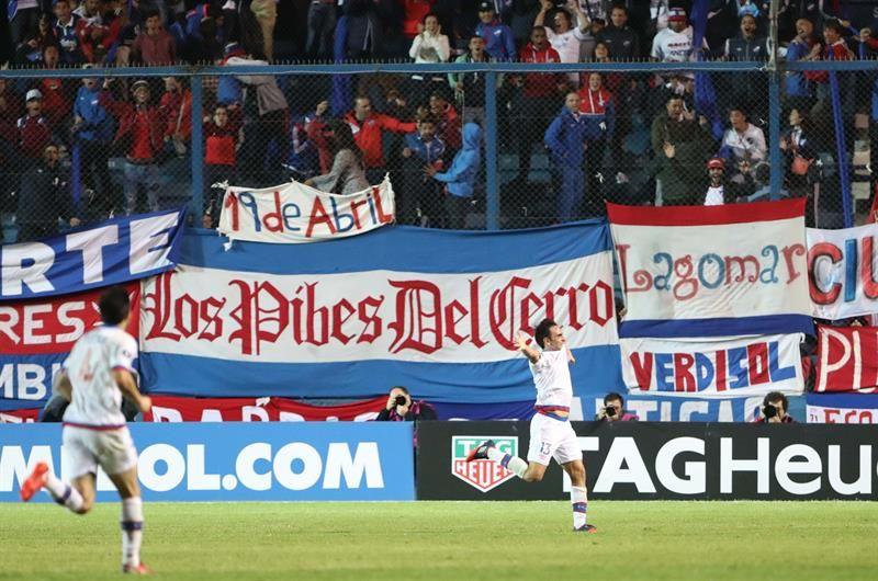 Paulo Zunino deNacionalcelebra un gol ante Banfield. Foto: EFE