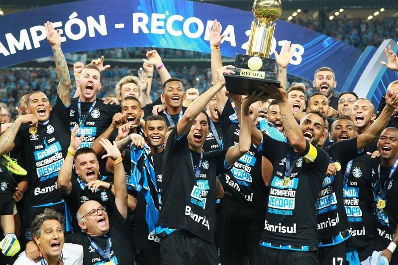 Los jugadores delGremiocelebran la Recopa Sudamericana tras vencer al Independiente. Foto: EFE