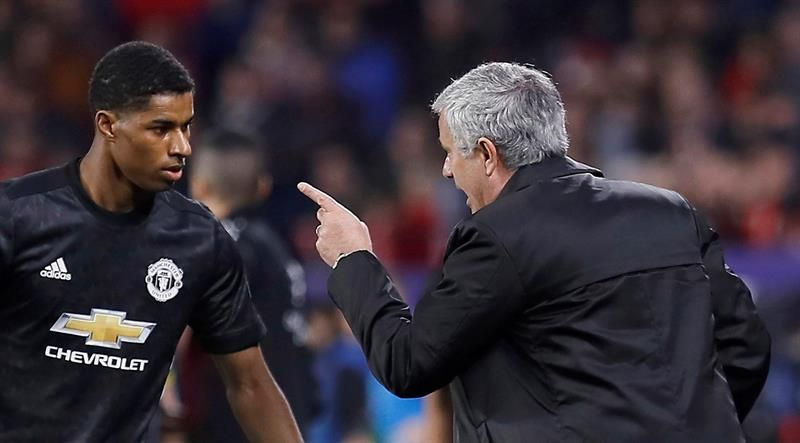JoseMourinho conversa con Marcus Rashford. Foto: EFE