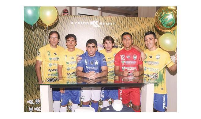 Protagonistas. Jugadores de Franco en la presentación de indumentaria.