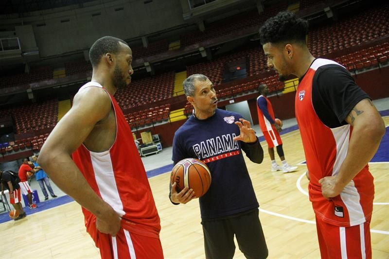 El adiestrador (centro) dijo que se enfrentarán al mejor equipo de Paraguay. Foto: EFE