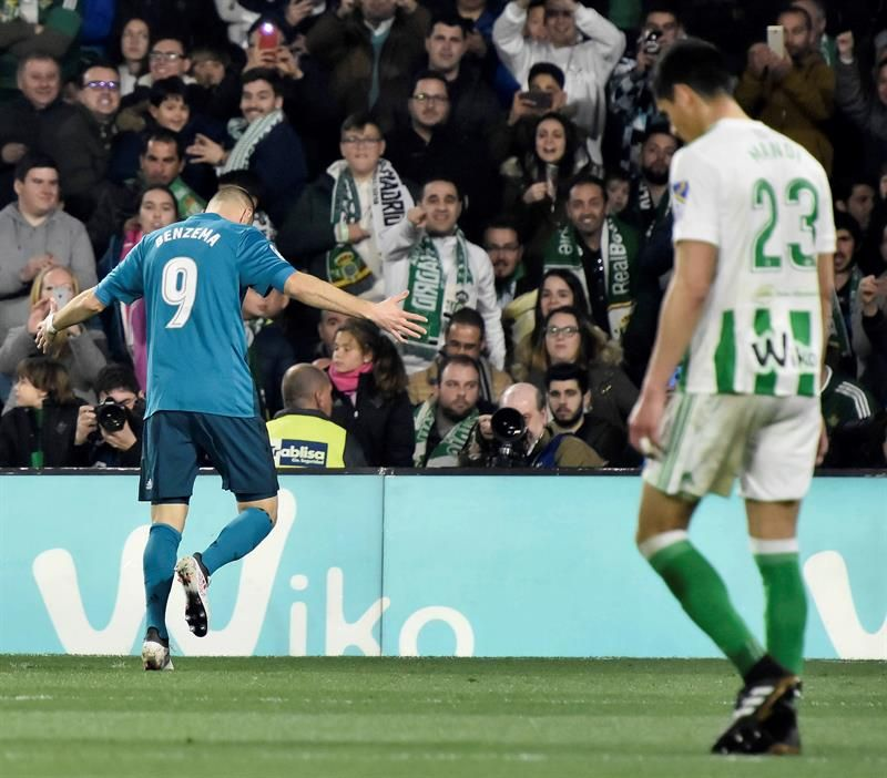 Karim Benzema (i) celebra su gol