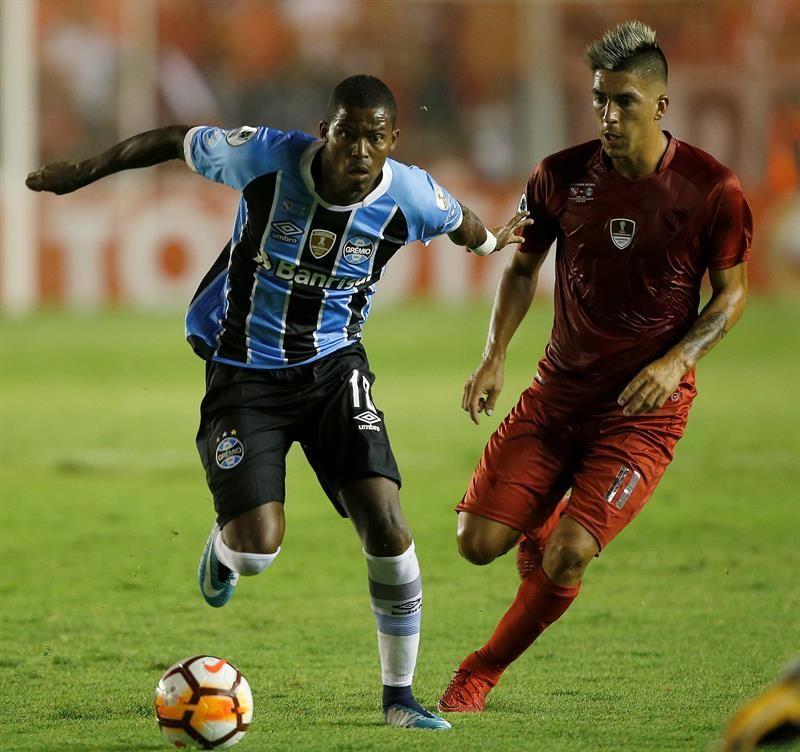 Maicosuel (i) deGremio disputa el balón con Leandro Fernandez (d) deIndependiente. Foto: EFE