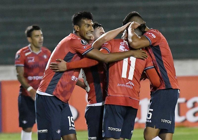 El jugador delWilstermannAlejandro Meleán (2-i) es felicitado por sus compañeros. Foto: EFE