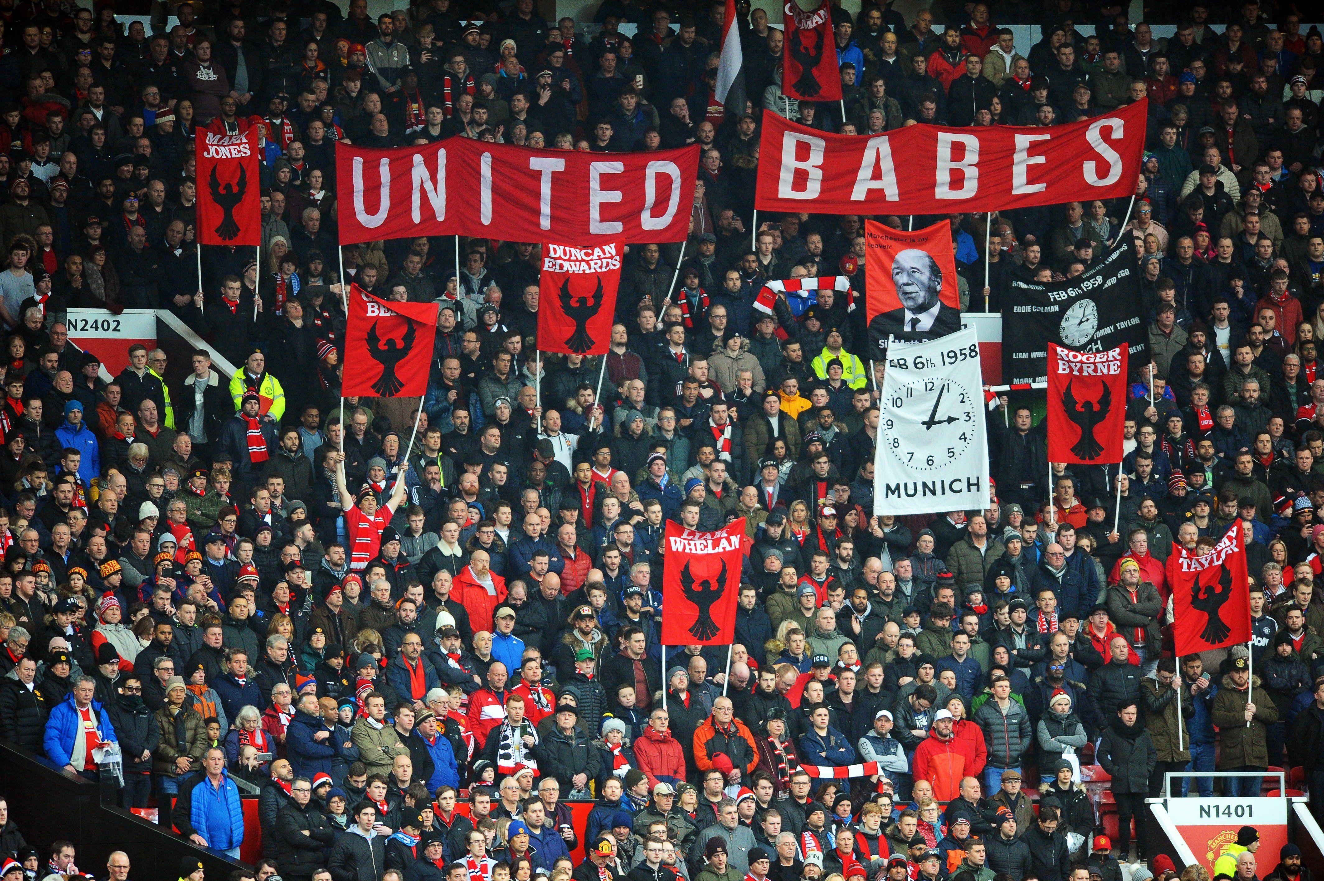 Hinchas del Manchester United durante el minuto de silencio. Foto: EFE