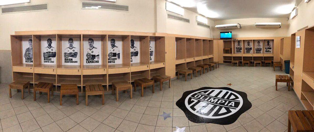 El vestuario franjeado a horas del partido ante Junior. Foto:@elClubOlimpia