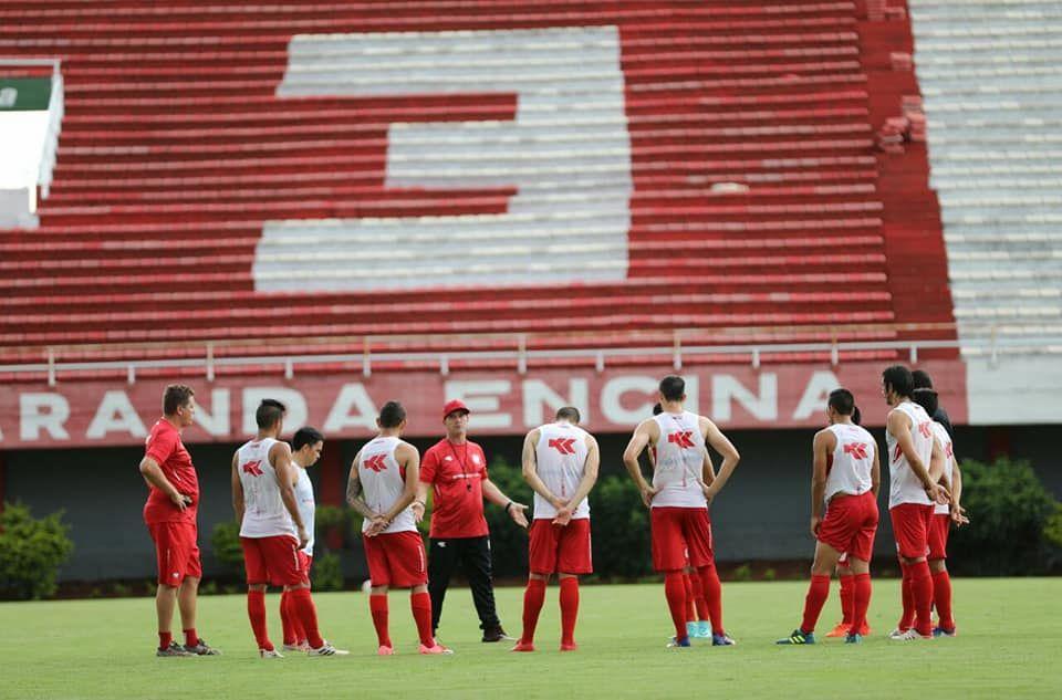 Charla. Marcio Marolla (centro) conversa con los futbolistas.Foto: Prensa – 3 de Febrero