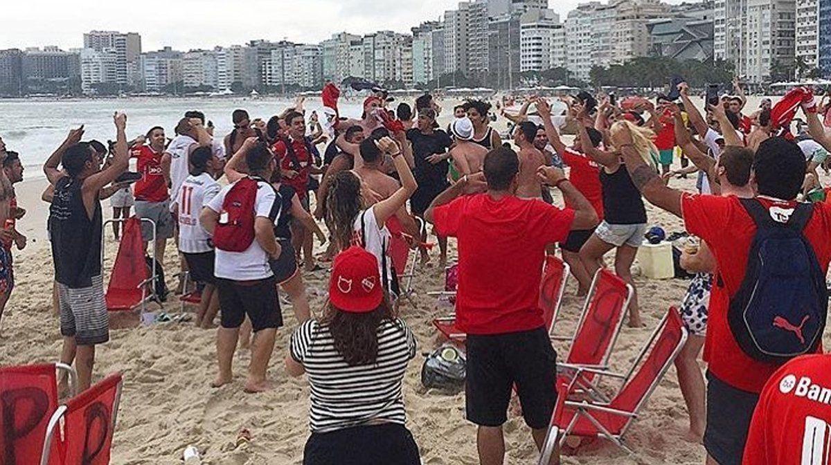 Los aficionados disfrutan del Mar a la espera del partido. Foto: @Todapasion