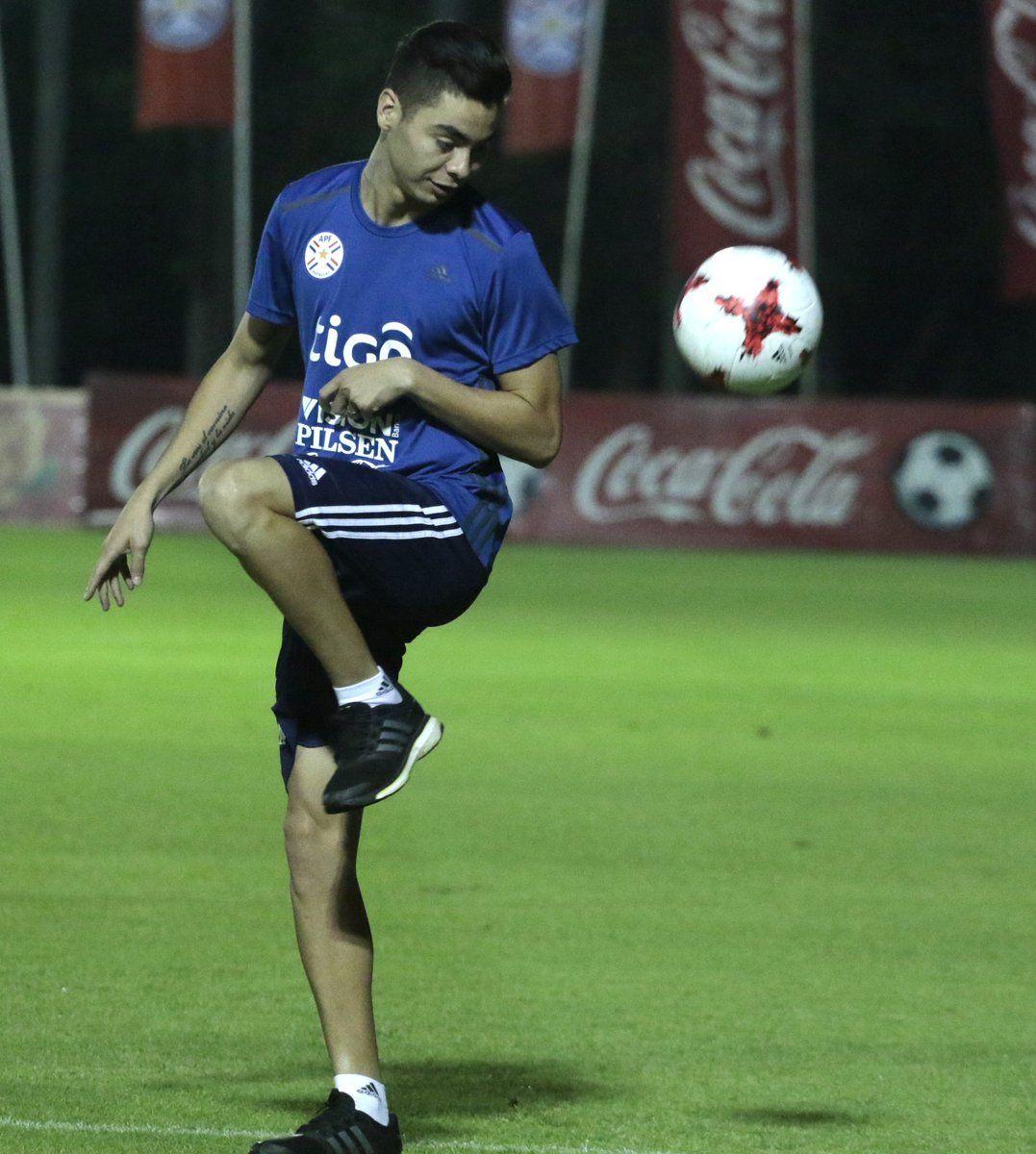 Miguel Almirón controla un balón. Foto: @Albirroja