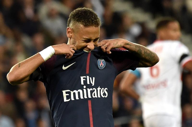 Neymar se quedó con las ganas de ayudar a su equipo. Foto: EFE