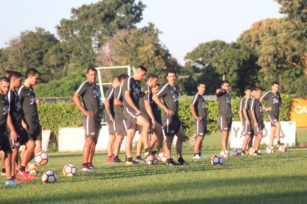 El plantel paraguayo en plena práctica. Foto: @Libertad_Guma