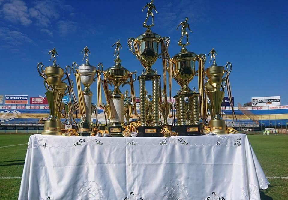 Trofeos para los finalistas. Foto: Liga Luqueña de Fútbol