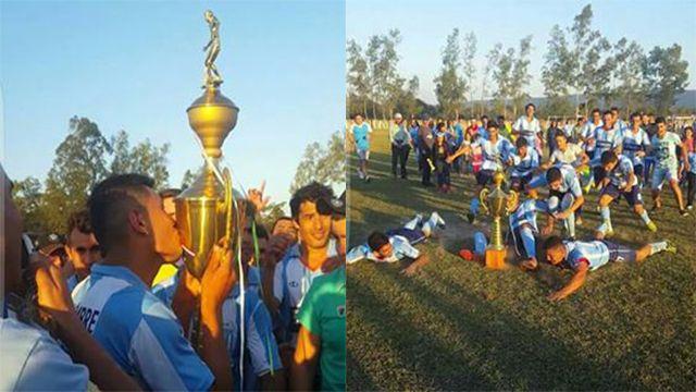 El equipo campeón festeja con el cetro. Foto: Gabriel Frutos.