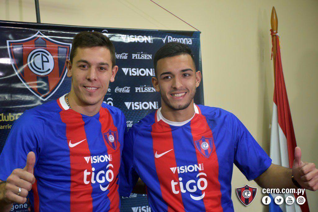 Churín y Oviedo posaron con la azulgrana. Foto: Prensa Cerro.