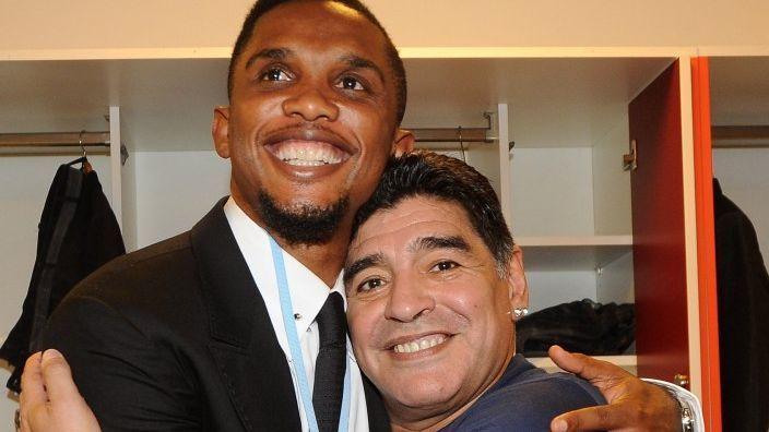 Etoo y Maradona abrazados. Foto: Archivo