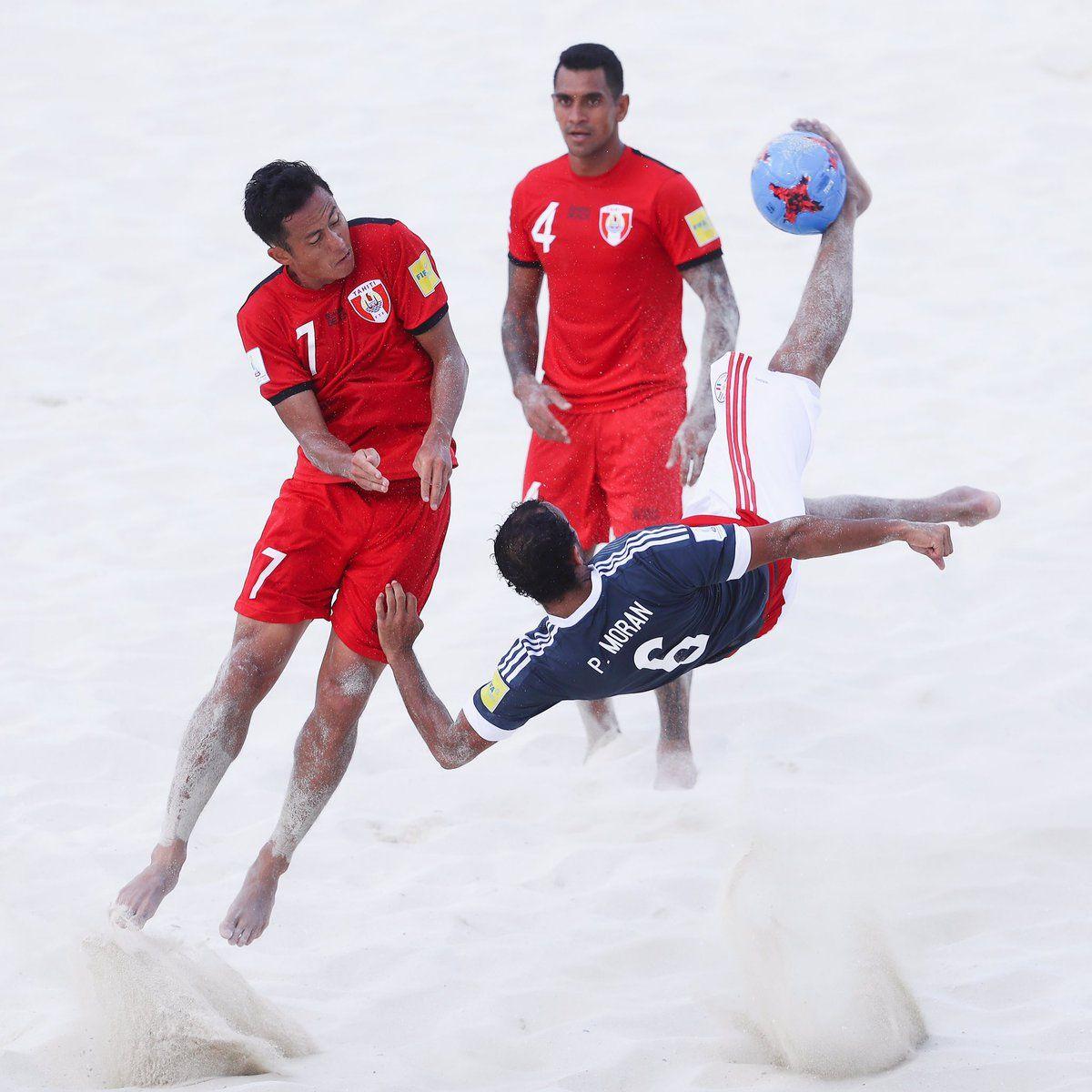 Pedro Morán ensaya una chilena frente a Tahití. Foto: @BeachSoccerPy