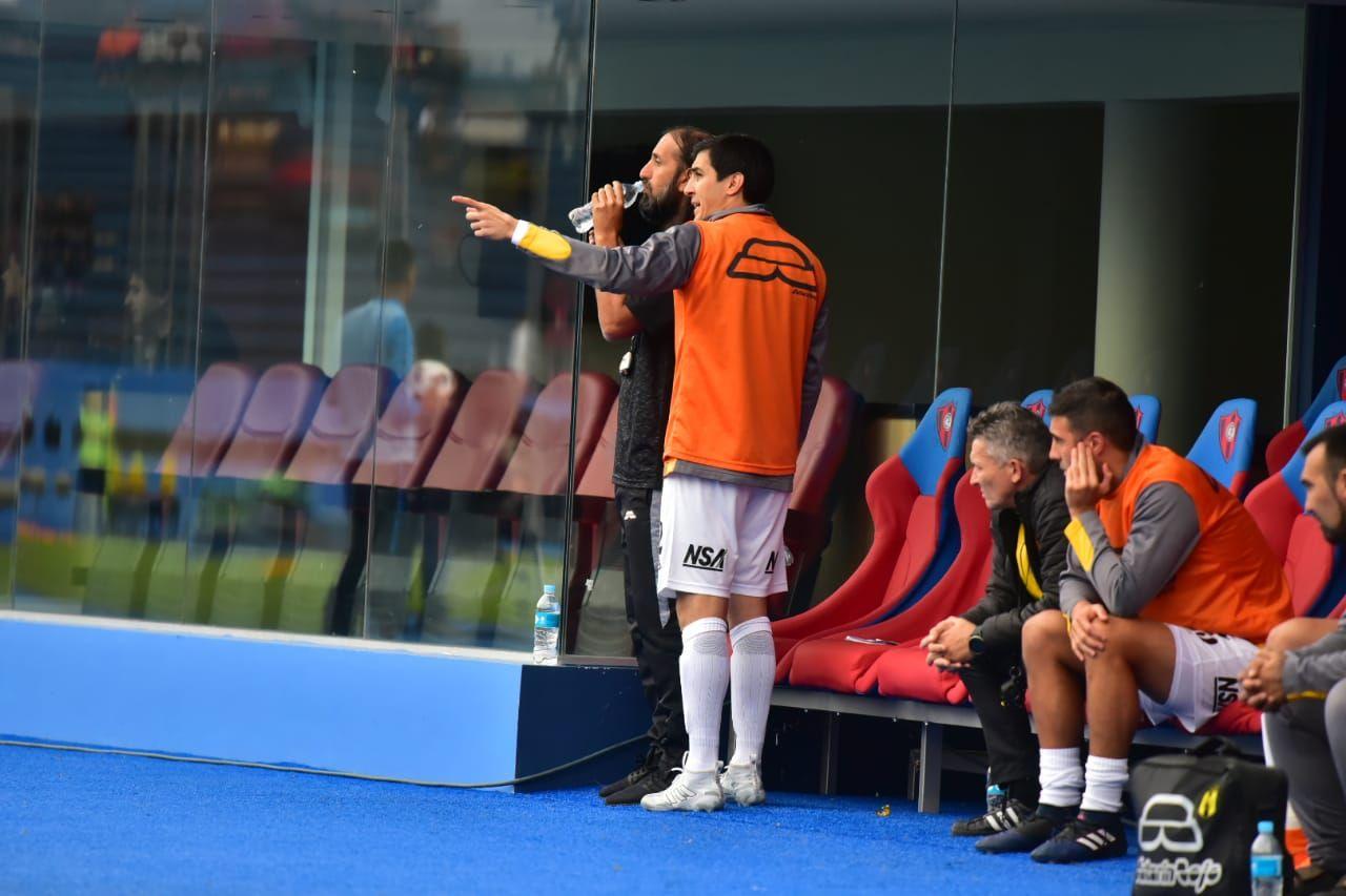 El portero Ignacio Don intercambió muchas apreciaciones con Juan Manuel Azconzábal durante el partido. Foto: Fernando Calistro / Última Hora