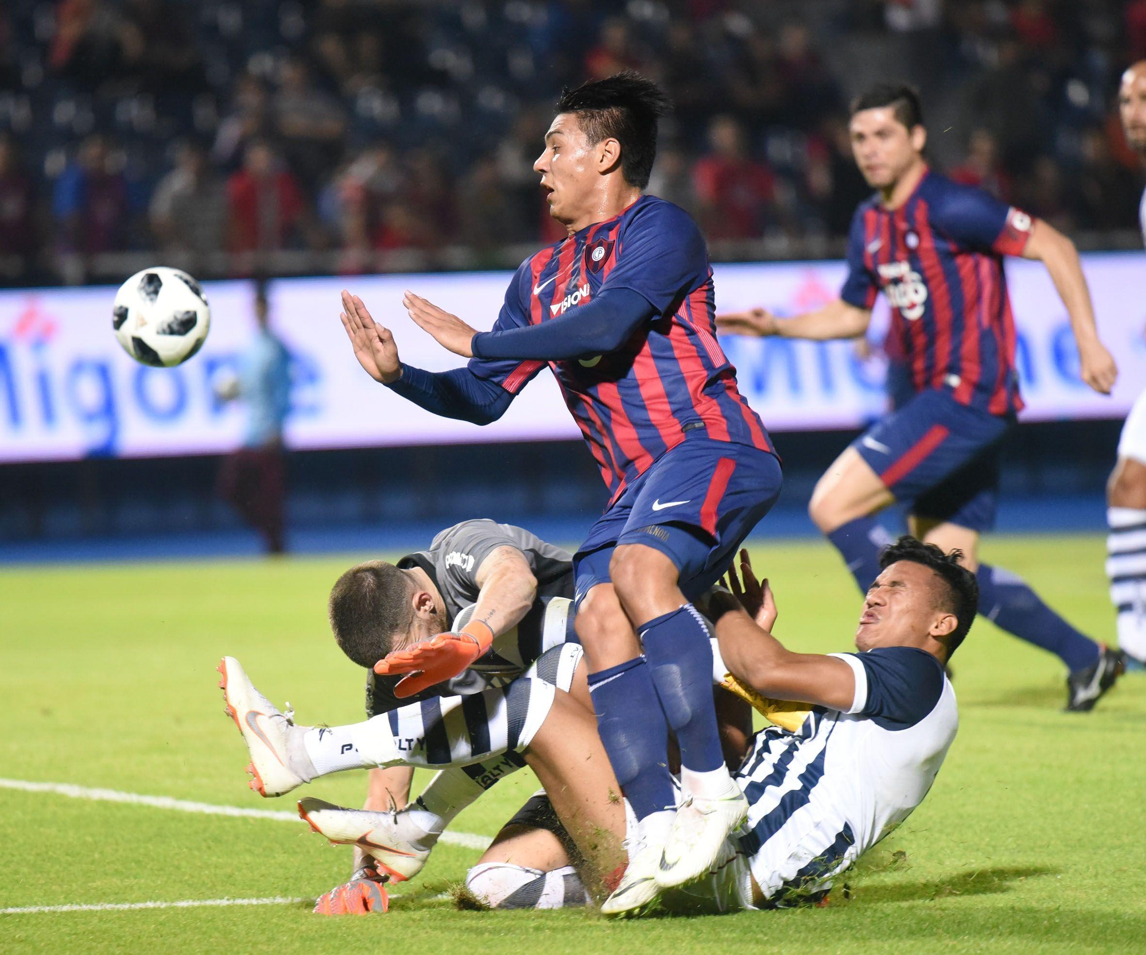 Santiago Arzamendia se retiró lesionado. Foto: Andrés Catalán/Última Hora